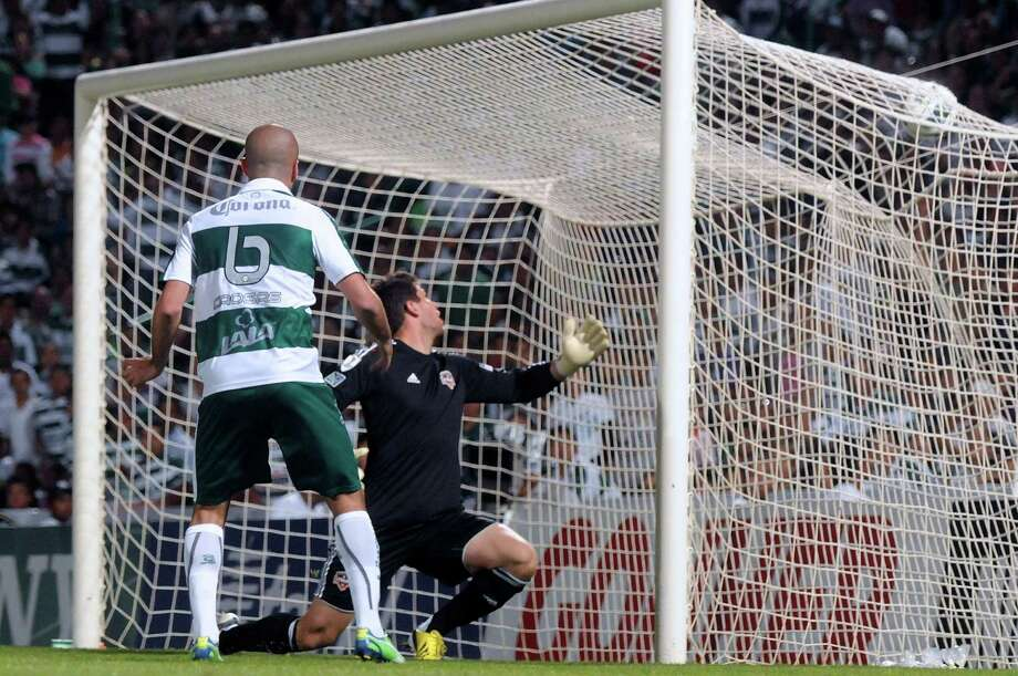 Marc Crosas of Santos scores the third goal in front of goalkeeper Tally Hall of the Dynamo. Photo: LUIS FUENTES, AFP/Getty Images / AFP