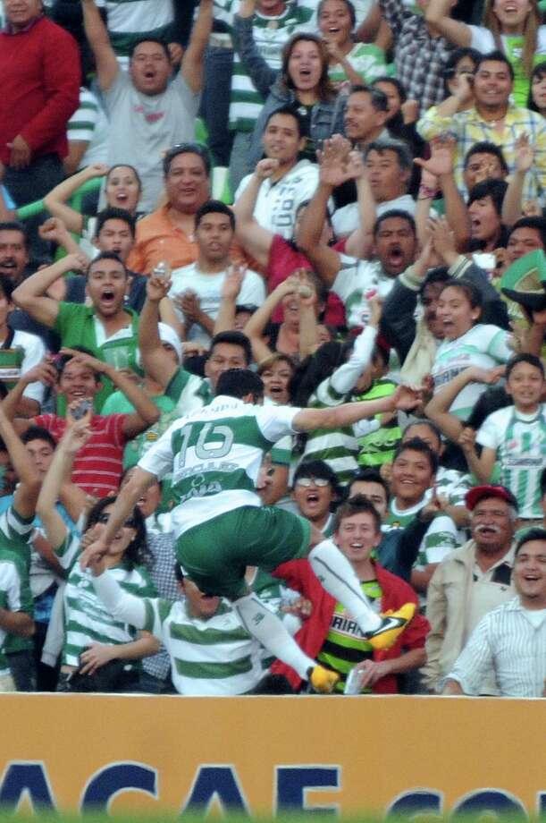 Herculez Gomez of Santos celebrates the second goal. Photo: LUIS FUENTES, AFP/Getty Images / AFP