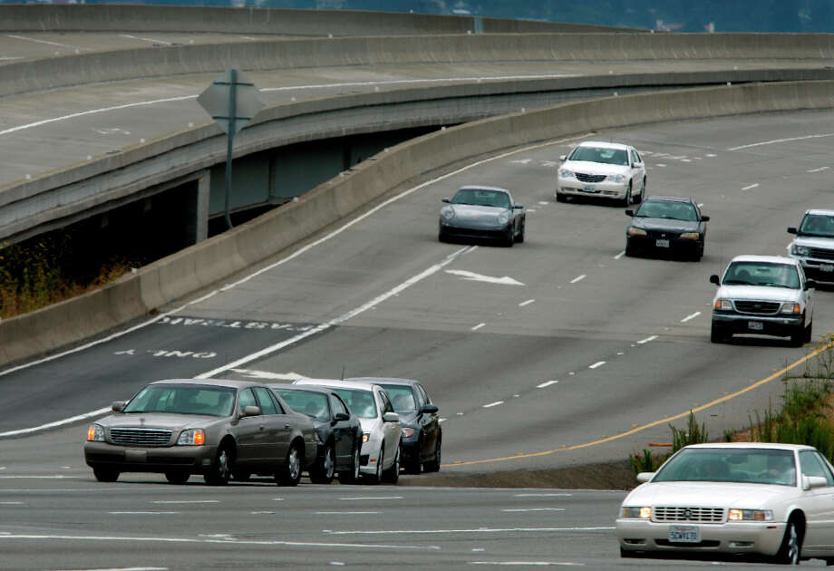 Commuters (left) wait on the shoulder east of the Bay Bridge toll plaza for the toll to drop to $4 at 10 a.m. in Oakland, Calif., on Wednesday, July  28, 2010. The Bay Area Toll Authority implemented a weekday congestion pricing toll system which charges $6 to cross the Bay Bridge at peak commute times and then drops to $4 during midday. Photo: Paul Chinn, The Chronicle / SFC