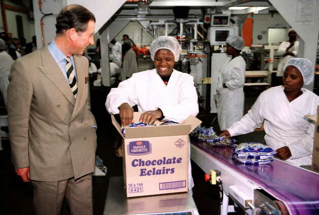 Prince Charles talks with Busisiwe Mutsi in 1997 at the Cadbury chocolate factory in Mbabane, Swaziland. Photo: ODD ANDERSEN, / / AFP