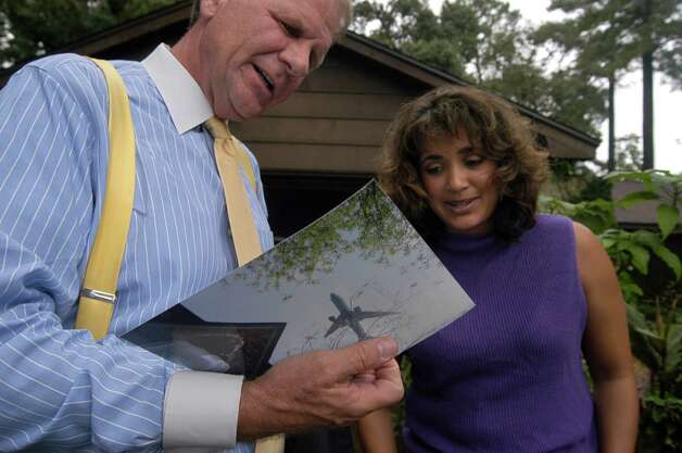 More than 15 Humble residents attended a meeting with Congressman Ted Poe at Sunny Johnson's home on August 16, 2005. Residents shared complaints of the noise caused by a new runway at George Bush Intercontinental Airport. Photo: Johnny Hanson, FOR THE CHRONICLE / FREELANCE