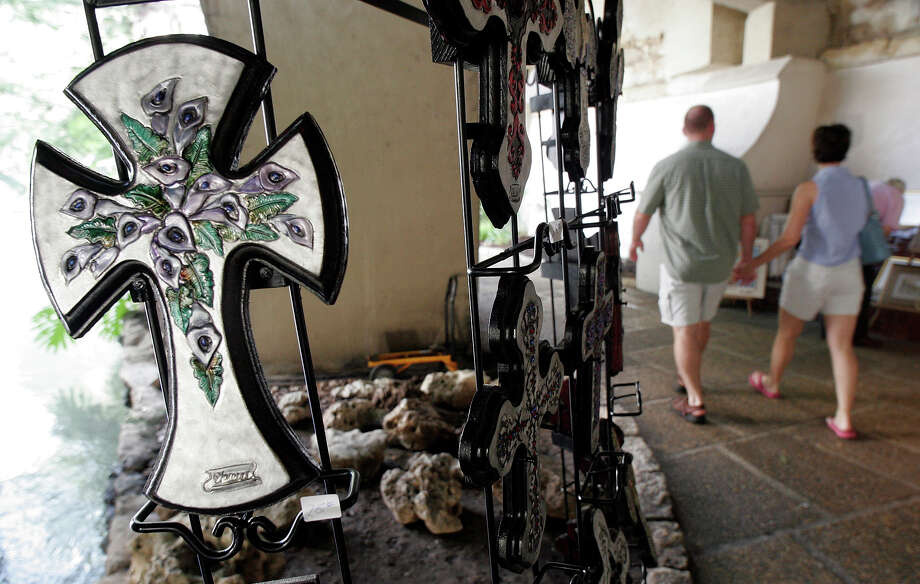 March 15 thru March 17,   St. Patrick's Day Arts & Crafts Show. Stroll along the River Walk and meet local vendors and their unique designs, 11:00 a.m. - 8:00 p.m.  Photo: J. MICHAEL SHORT, SPECIAL TO THE EXPRESS-NEWS / SAN ANTONIO EXPRESS-NEWS