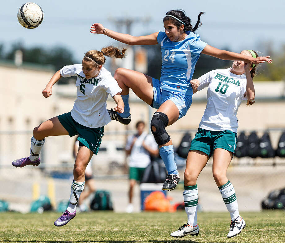 Johnson's Madison Amaro (24) battles for the ball with Nicki Martindale (6) and Carly Hanbkins. Photo: Marvin Pfeiffer / San Antonio Express-News