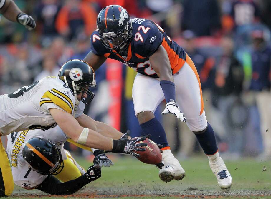 Elvis Dumervil (92) agreed to take a $4 million pay cut, but a seven-minute delay in filing paperwork forced Denver to release the defensive end. Photo: Doug Pensinger / Getty Images