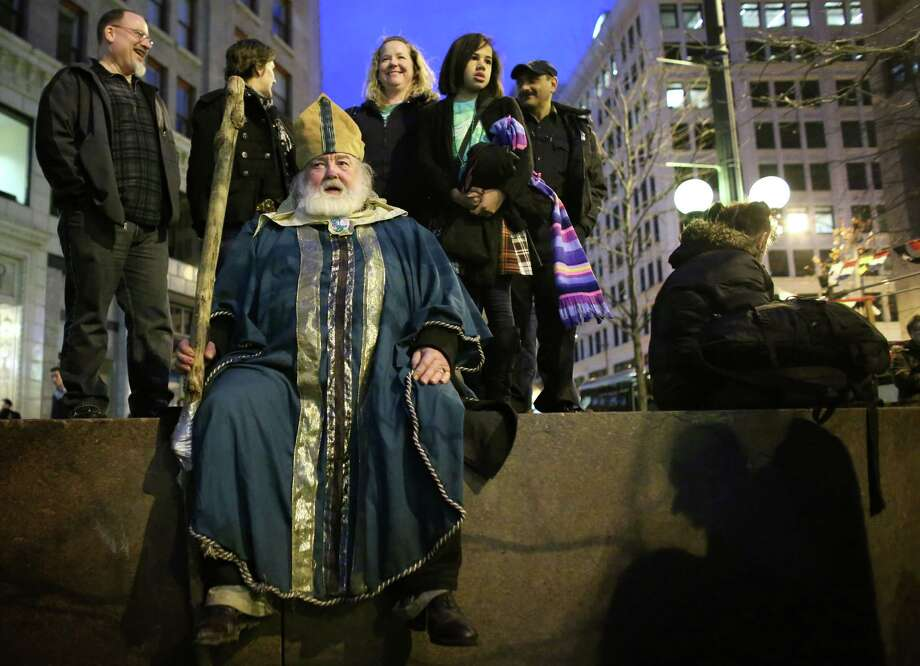 William Patrick Kiley, 71, watches the dancing while dressed as Saint Patrick. Photo: JOSHUA TRUJILLO / SEATTLEPI.COM