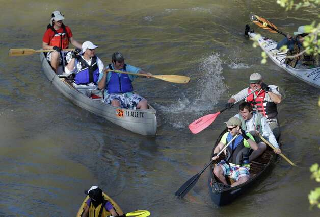 A few boaters splash each other as they paddle along during the Buffalo Bayou Regatta  Saturday, March 16, 2013 in Houston. At least 500 boats are participating in the 15 mile race. Photo: Melissa Phillip, Houston Chronicle / © 2013  Houston Chronicle