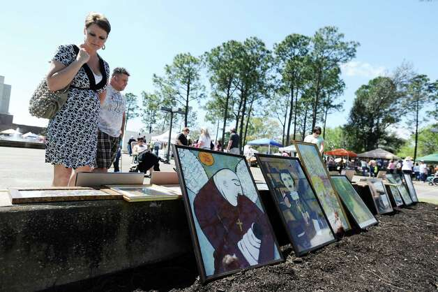 Spectators look on at the art of Dalle Bates during the Art in the Park event at Stark Park in Orange during the 2013 Orange County River Festival. Photo taken: Randy Edwards/The Enterprise Photo: Randy Edwards