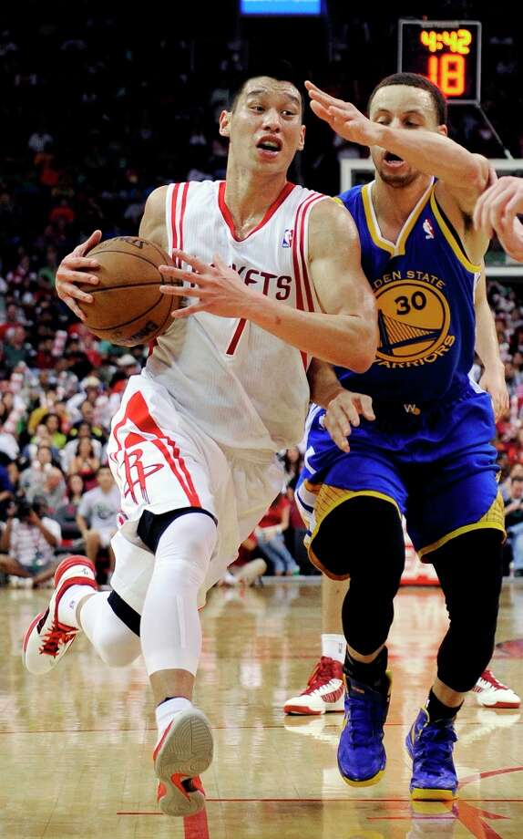Jeremy Lin is pressured by Stephen Curry during the second half. Photo: Pat Sullivan