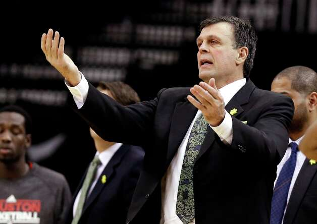 Rockets head coach Kevin McHale gestures to a referee in the second half. Photo: Pat Sullivan