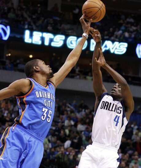 Oklahoma City forward Kevin Durant (left) blocks a shot by Dallas point guard Darren Collison. Photo: Richard Rodriguez / Fort Worth Star-Telegram