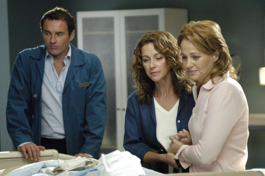Green as Illana (center) in Nip/Tuck, 2005.