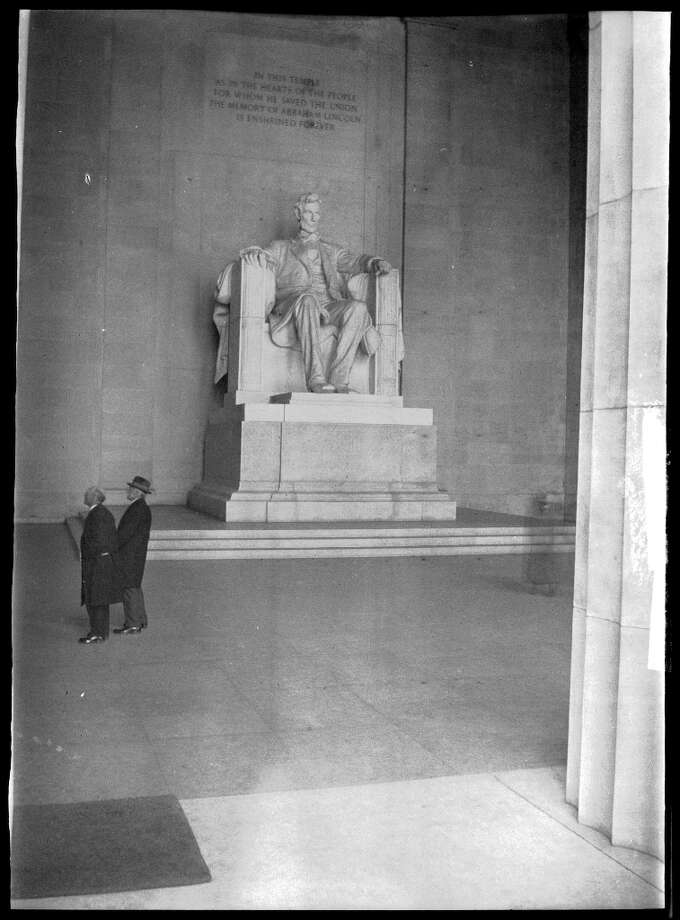 The north and south chambers contain carved inscriptions of Lincoln's Second Inaugural Address and Gettysburg Address. In the center sits a 19-foot-high, 175-ton statue of Lincoln.
