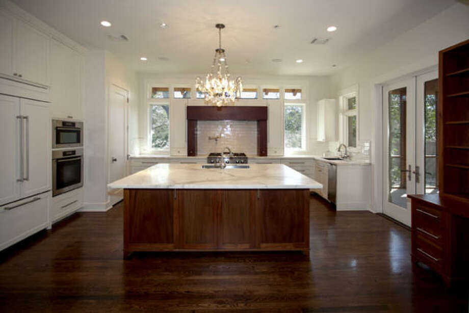 The large-sized kitchen features an island with a size that'sideal for catering preparation and a breakfast bar setting.