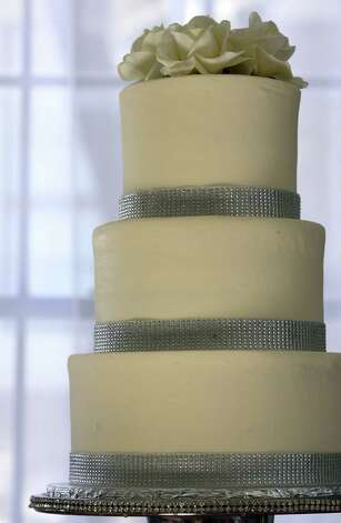 This wedding cake reflects a trend toward the traditional. Photo: Helen L. Montoya / San Antonio Express-News