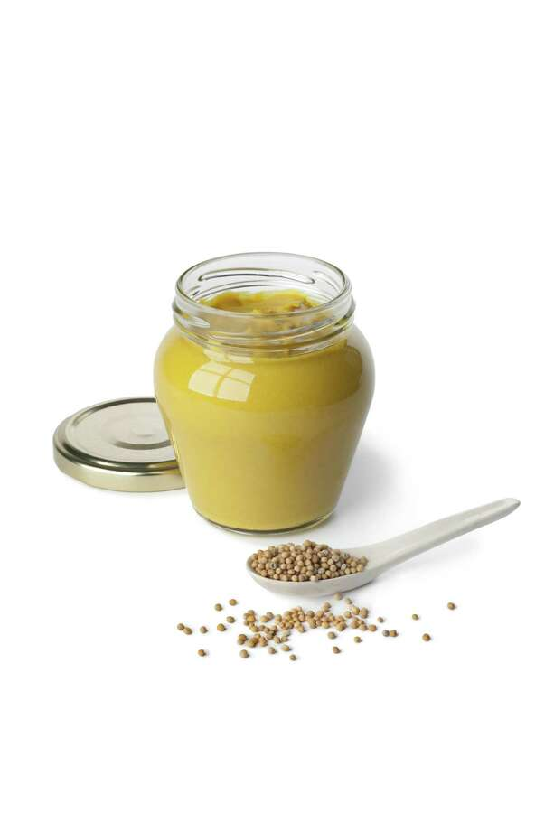 Mustard in a jar and mustard seeds on a spoon on white background/fotolia Photo: ©Picture Partners / Picture Partners - Fotolia