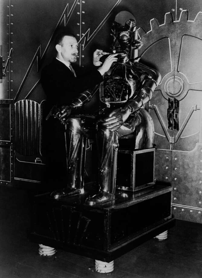 Harry May and his alpha robot in 1935. Photo: KEYSTONE, Getty / KEYSTONE-FRANCE