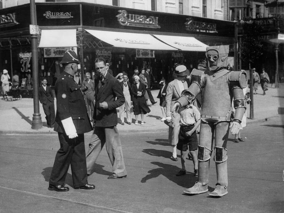 Robot crossing a busy promenade in Llandudno. Wales, Great Britain. Photograph. Sept. 6th 1934. Photo:  Anonym, Getty / IMAGNO/Austrian Archives (S)