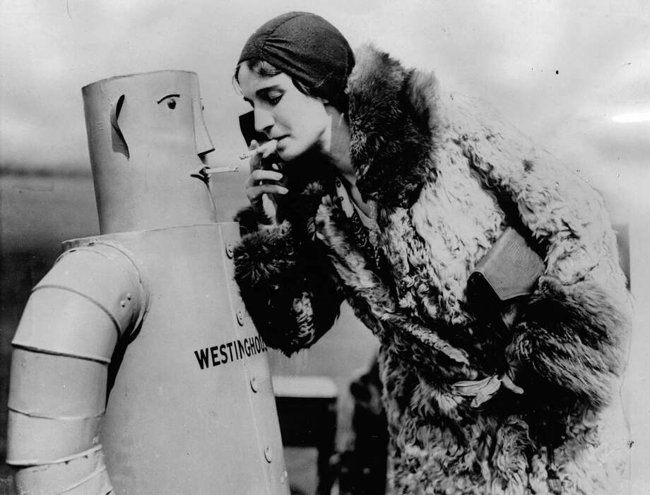 "Robot ""Vocalite"" smoking a cigarette with a lady. Photograph. April 16th 1931. Photo:  Anonym, Getty / IMAGNO/Austrian Archives (S)"