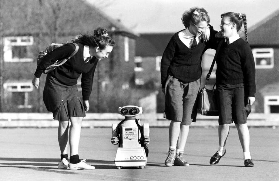 Michelle Webster, Helen Smith and Sarah Jane Potts with the Tomy Omnibot 2000, a remote-control robot. Photo: Manchester Daily Express, Getty / DHA/Science and Society Picture Library