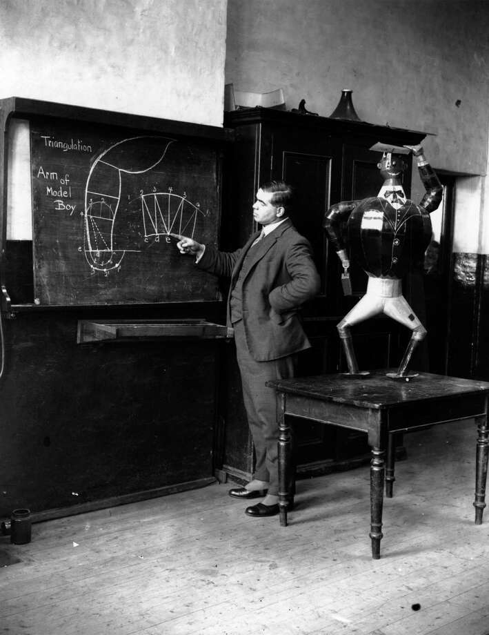1927:  A robot figure in a school at Fulham, London. Photo: Fox Photos, Getty / Hulton Archive