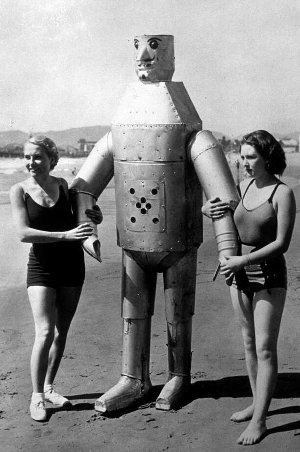 circa 1935:  Two women with Mac the Mechanical Man the radio-controlled robot invented by Leighton Hilbert. Photo: Hulton Archive, Getty / Hulton Archive