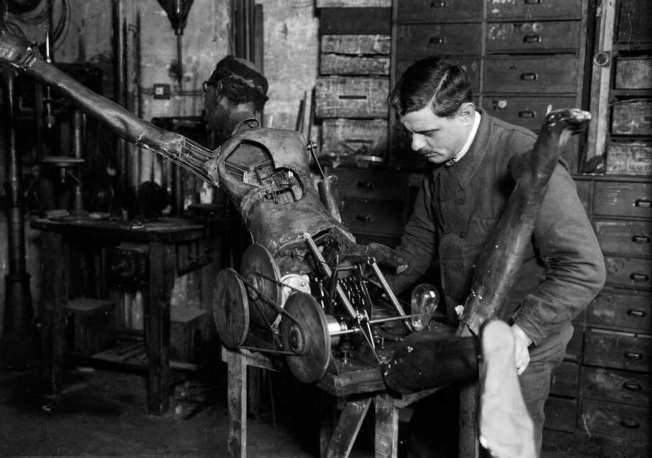Adjusting of a mechanism of an automaton. France, about 1910. Photo: Harlingue, Getty / Harlingue/Roger Viollet