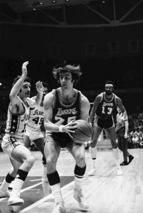 Gail Goodrich (25) of the Los Angeles Lakers drives past blocking efforts of Dave Wohl (13) of the Philadelphia 76ers in January 1972. Photo: Wgi, Associated Press