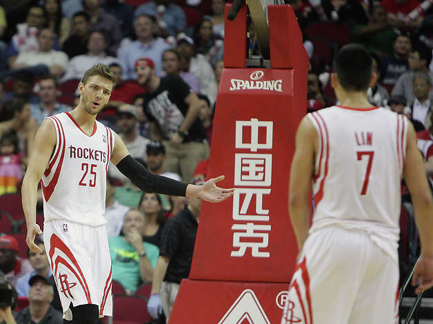 Chandler Parsons talks to teammate Jeremy Lin. Photo: James Nielsen, Houston Chronicle / © 2013 Houston Chronicle