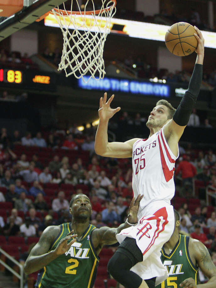Chandler Parsons dunks over Marvin Williams. Photo: James Nielsen, Houston Chronicle / © 2013 Houston Chronicle