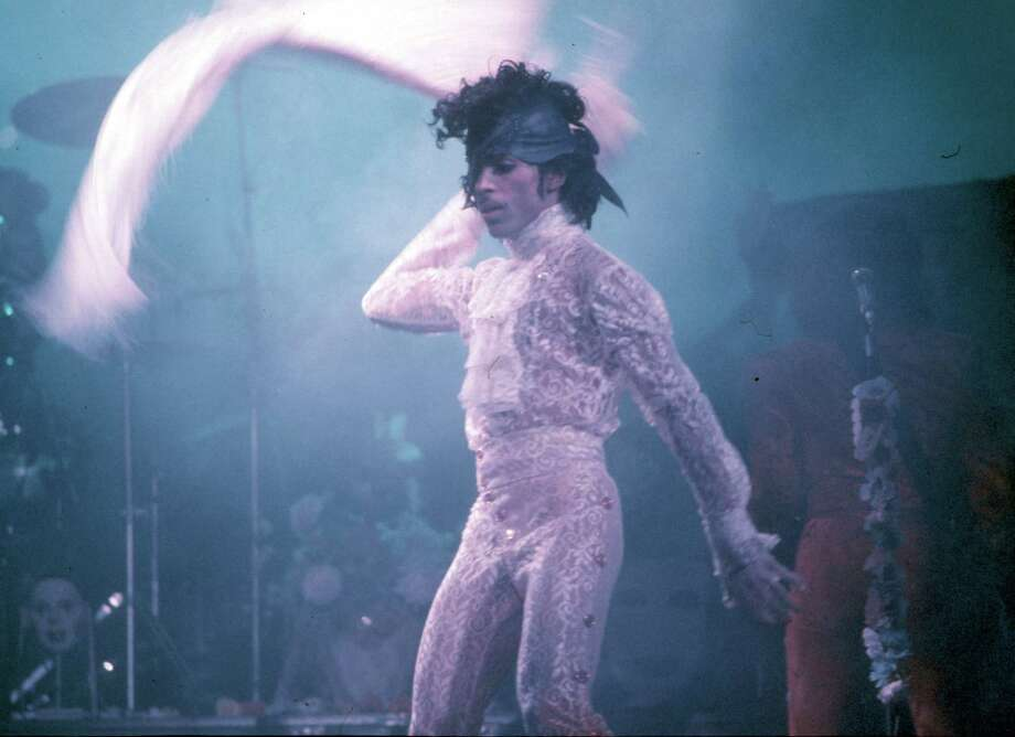 INGLEWOOD, CA - FEBRUARY 19: Prince performs live at the Fabulous Forum on February 19, 1985 in Inglewood, California. Photo: Michael Ochs Archives, Getty Images / Michael Ochs Archives