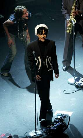 LONDON - MAY 10:  (UK TABLOID NEWSPAPERS OUT)  Prince performs on stage at Koko on May 10, 2007 in London, England. Photo: Getty Images / 2007 Getty Images