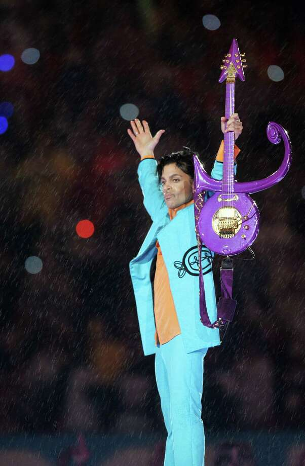 Miami, UNITED STATES: US musician Prince performs during half-time 04 February 2007 at Super Bowl XLI at Dolphin Stadium in Miami between the Chicago Bears and the Indianapolis Colts.       AFP PHOTO/Roberto SCHMIDT Photo: ROBERTO SCHMIDT, Getty Images / 2007 AFP