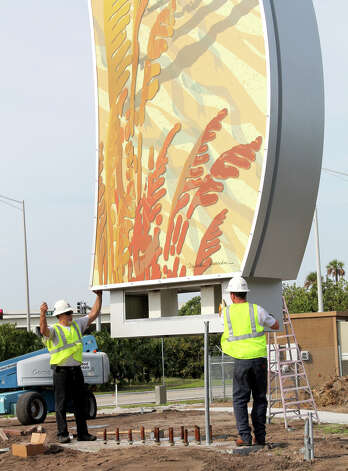 Workers position a curvilinear column of San Antonio artist Michelle Newman's gateway public art project in Delray Beach, Fla. Photo: Courtesy Photo