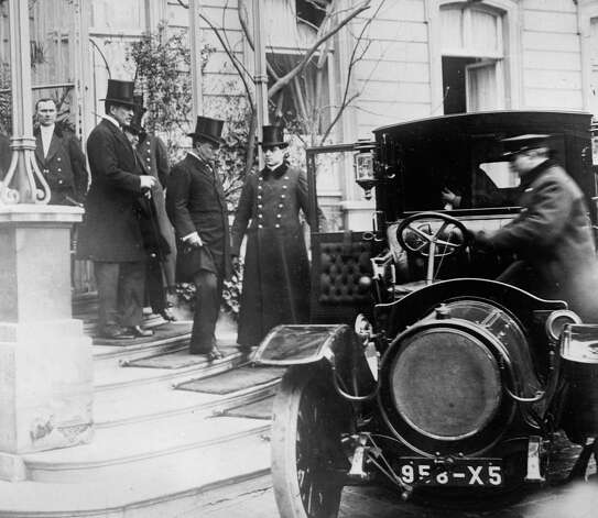 Here, Theodore Roosevelt leaves U.S. Ambassador Bacon's residence in Paris to call on the French president. Photo: Library Of Congress, Getty Images / Archive Photos