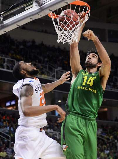 SAN JOSE, CA - MARCH 21:  Arsalan Kazemi #14 of the Oregon Ducks dunks over Michael Cobbins #20 of t