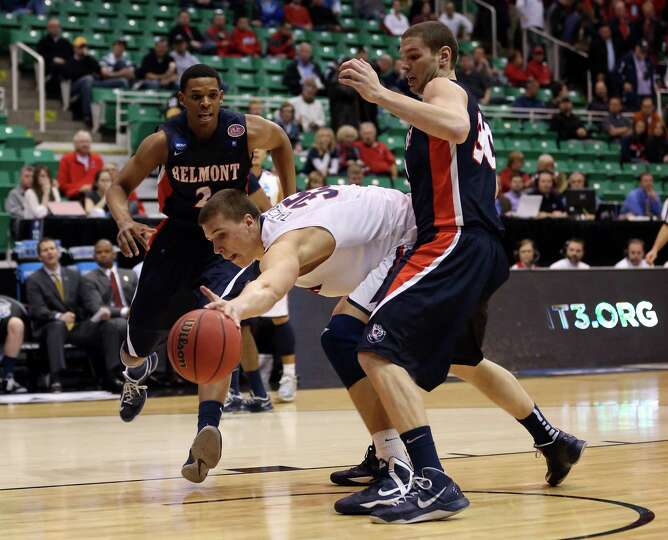 Kaleb Tarczewski #35 of the Arizona Wildcats goes for the ball against Trevor Noack #30 of the Belmo
