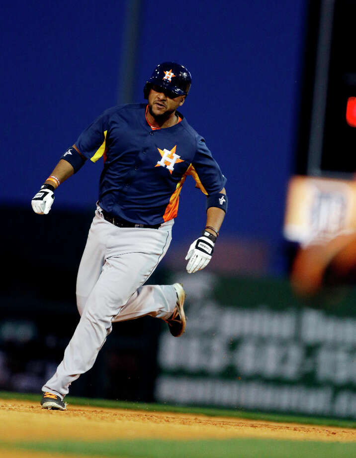 Carlos Corporan rounds the bases after a home run during the seventh inning. Photo: Carlos Osorio, Associated Press / AP