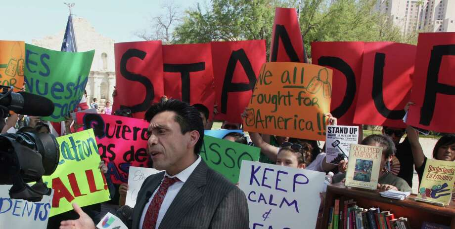 Tony Diaz, a Houston-based Librotraficante member, held a recent news conference at Alamo Plaza, protesting two bills in the Texas Legislature that aim to limit the kinds of history classes that fulfill core-credit requirements. A reader takes issue with a column that criticized these bills. Photo: Juanito M Garza, San Antonio Express-News / San Antonio Express-News