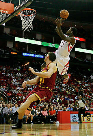 Patrick Beverley of the Rockets shoots over Chris Quinn of the Cavaliers. Photo: James Nielsen / © 2013 Houston Chronicle