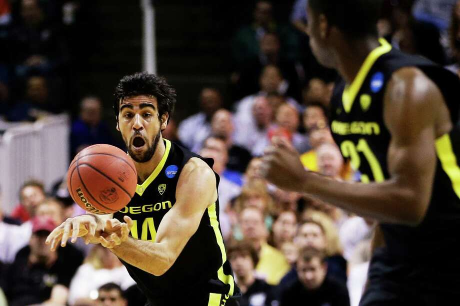 SAN JOSE, CA - MARCH 23:  Arsalan Kazemi #14 passes the ball to Damyean Dotson #21 of the Oregon Ducks on a fast break in the first half against the Saint Louis Billikens during the third round of the 2013 NCAA Men's Basketball Tournament at HP Pavilion on March 23, 2013 in San Jose, California. Photo: Ezra Shaw, Getty Images / 2013 Getty Images