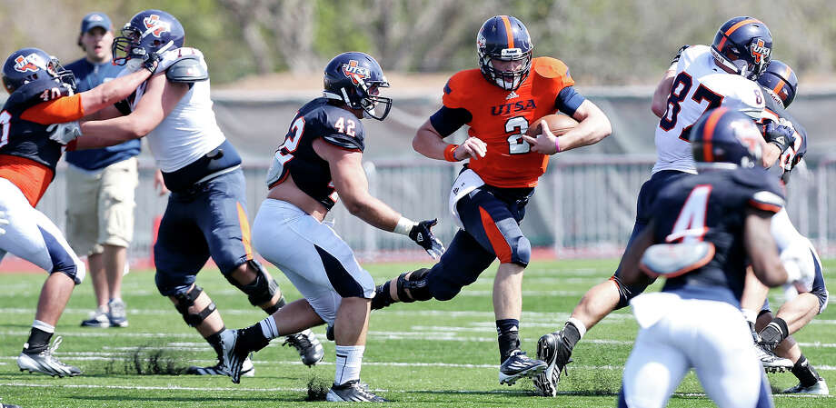 UTSA's Zach Conque (center) looks for running room around UTSA's Jens Jeters during scrimmage Saturday March 23, 2013 at D.W. Rutledge Stadium. Photo: Edward A. Ornelas, Express-News / © 2013 San Antonio Express-News