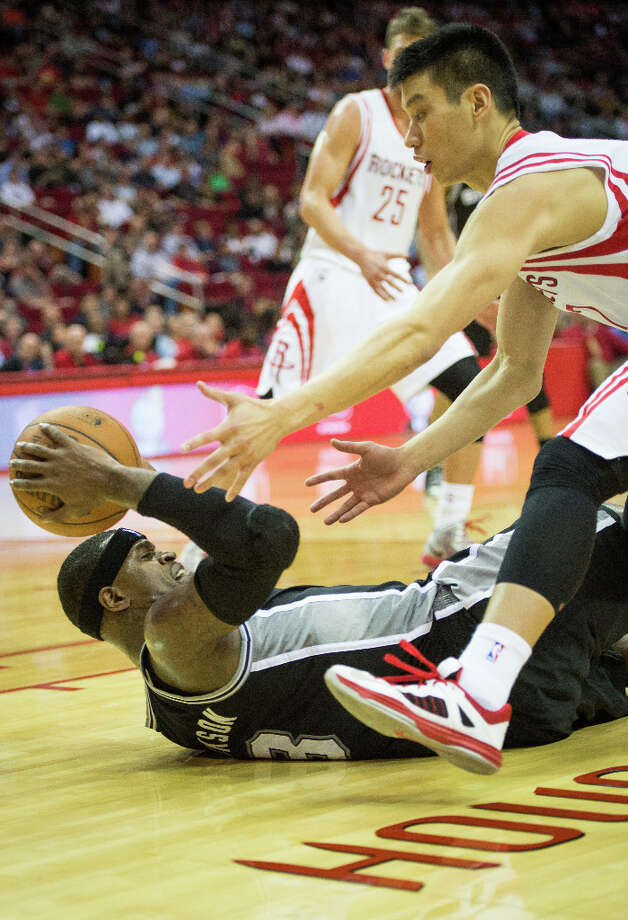 Rockets point guard Jeremy Lin reaches for a loose ball as Spurs small forward Stephen Jackson. Photo: Smiley N. Pool, Houston Chronicle / © 2013  Houston Chronicle