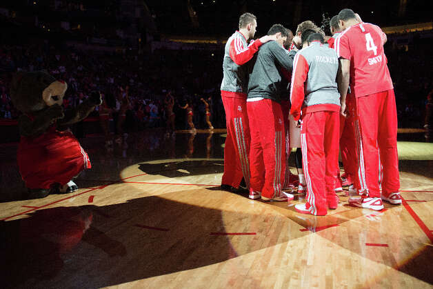 Rockets players huddle before facing the Spurs. Photo: Smiley N. Pool, Houston Chronicle / © 2013  Houston Chronicle