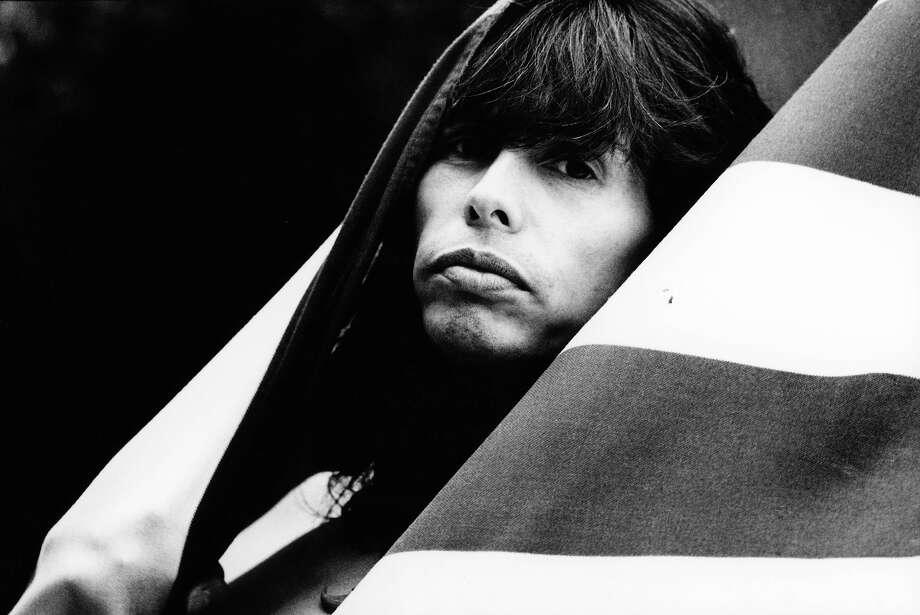 Steven Tyler posed in front of American flag in 1990. Photo: Michel Linssen, Getty Images / Redferns