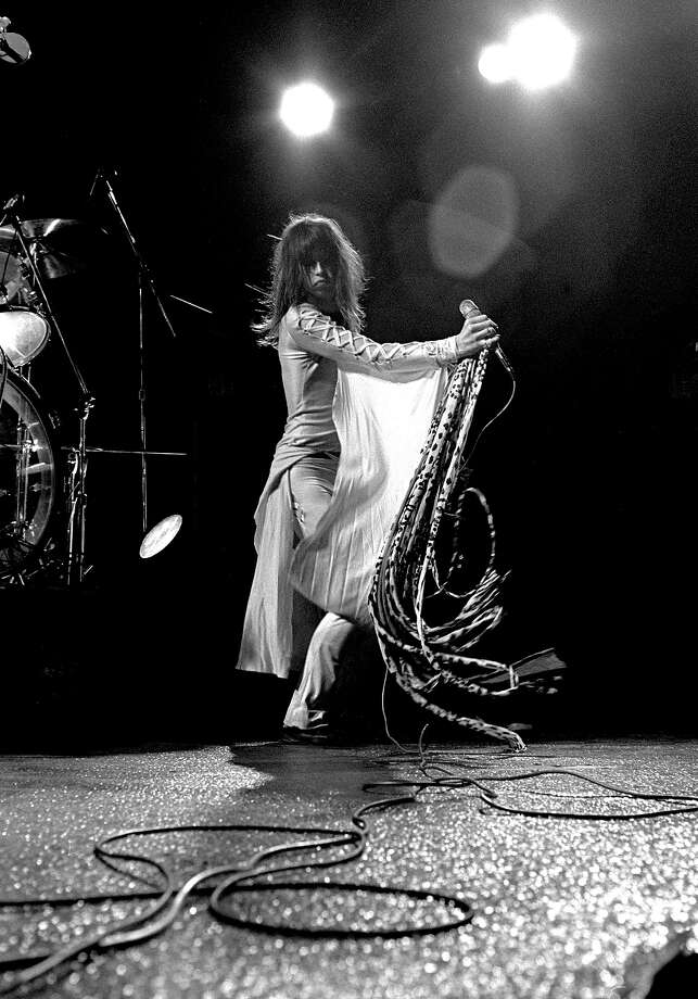 Steven Tyler performs with Aerosmith at the Great Western Forum in Inglewood, Calif. 1975. Photo: Mark Sullivan, Getty Images / Hulton Archive