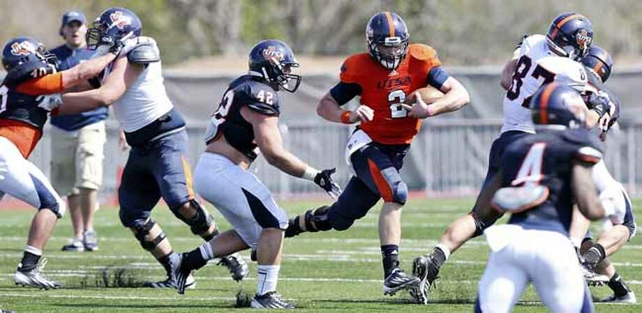 UTSA's Zach Conque (center) looks for running room around UTSA's Jens Jeters during scrimmage Saturday March 23, 2013 at D.W. Rutledge Stadium. Photo: Edward A. Ornelas, San Antonio Express-News / © 2013 San Antonio Express-News