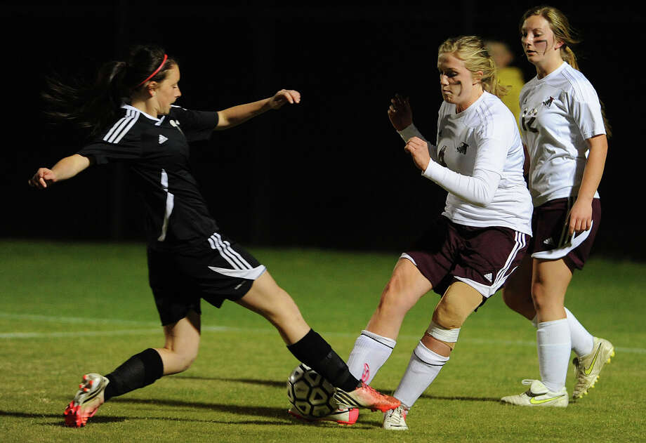 Vidor's Curran Wilgers, right, fights for the ball with Jasper's Catherine Golden during a playoff game at Lamar Monday night. Also pictured, Jasper's Autumn Allison.  Photo taken Monday, March 25, 2015 Guiseppe Barranco/The Enterprise Photo: Guiseppe Barranco, STAFF PHOTOGRAPHER / The Beaumont Enterprise