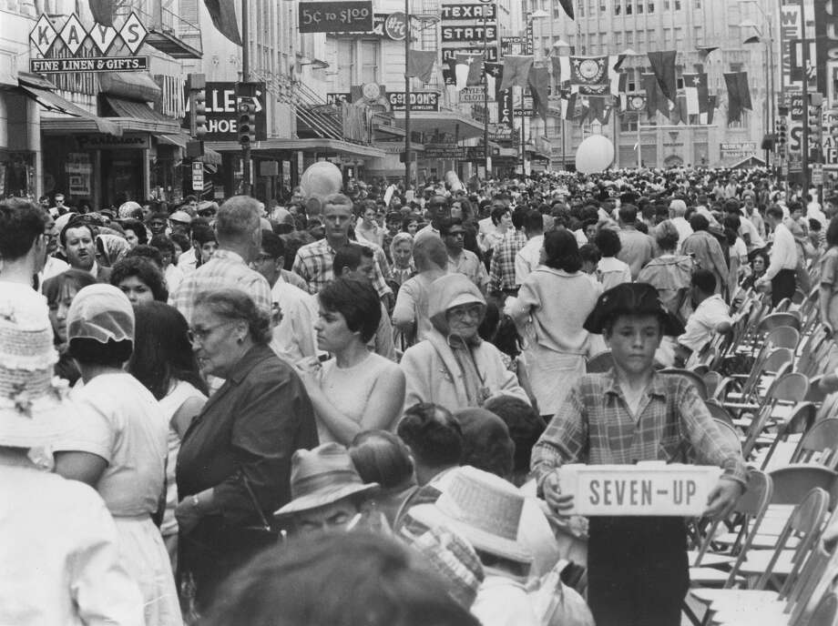 Battle of Flowers 1966: The parade ends. Photo: San Antonio Express-News File Photo