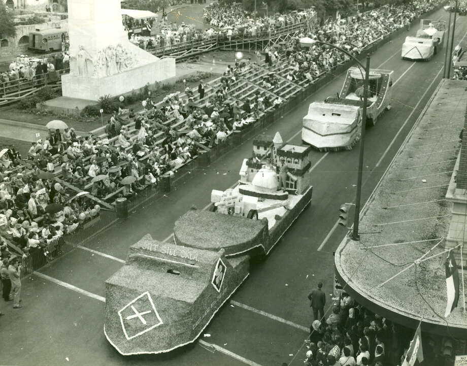 Battle of Flowers 1956: Rain douses the parade attendance as it rounds the Alamo cenotaph. Photo: San Antonio Express-News File Photo