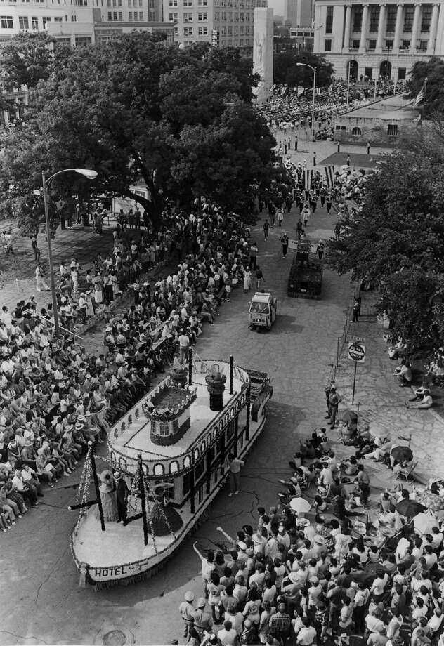 Battle of Flowers 1986: The parade passes through Alamo Plaza. Photo: San Antonio Express-News File Photo / SAN ANTONIO EXPRESS-NEWS